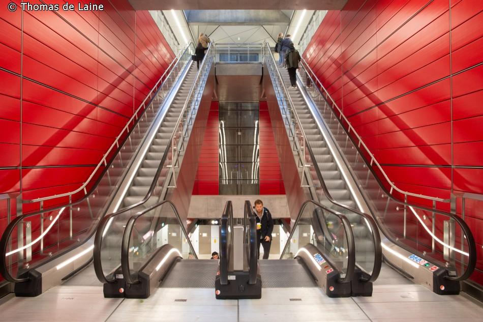 Nørrebro station i rød udsmykning