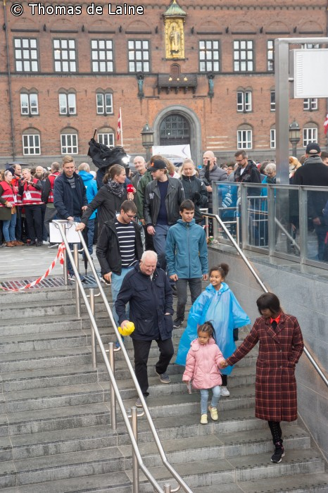 Passagerer går ned i Rådhuspladsens metrostation