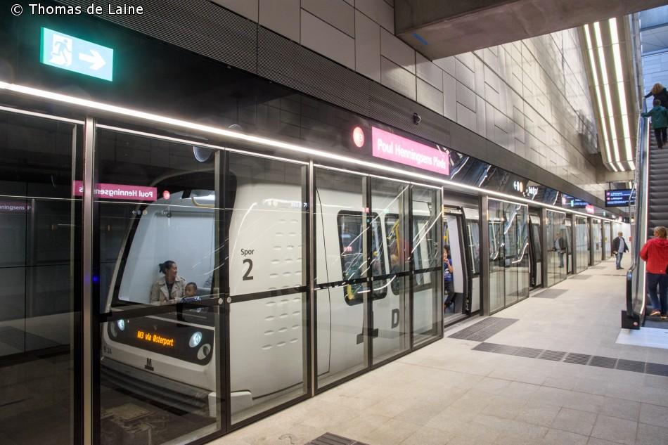 Metrotog på Poul Henningsens Plads station